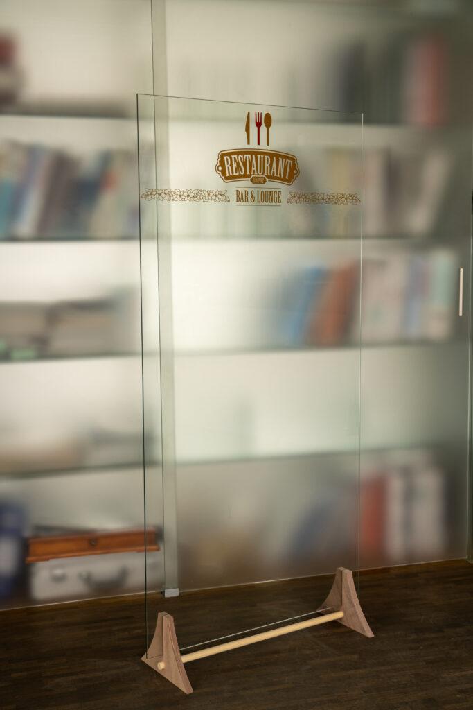 """""""sneeze guard"""" Restaurant Trennwand aus Glas"""